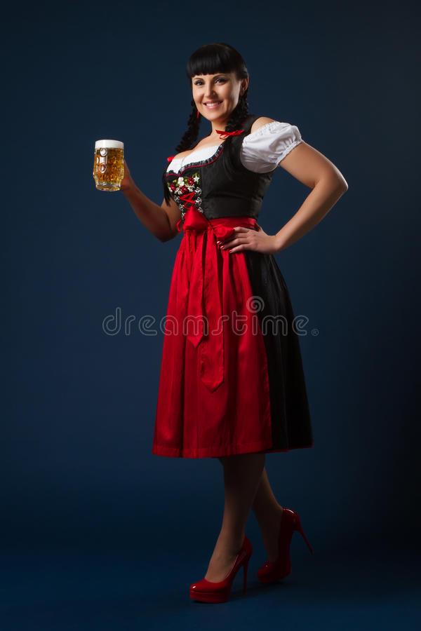 伐利亚人的美丽的深色的妇女穿-了与杯啤酒-70319435.jpg